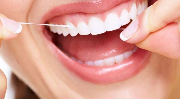 mulher-usando-fio-dental-746x413